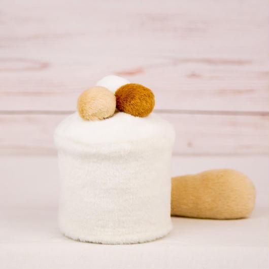 ペット用骨壺カバー / サイズ:3寸 / ベース:白 / ボンボン:白・クリーム・ブラウン / しっぽ:クリーム(S096)