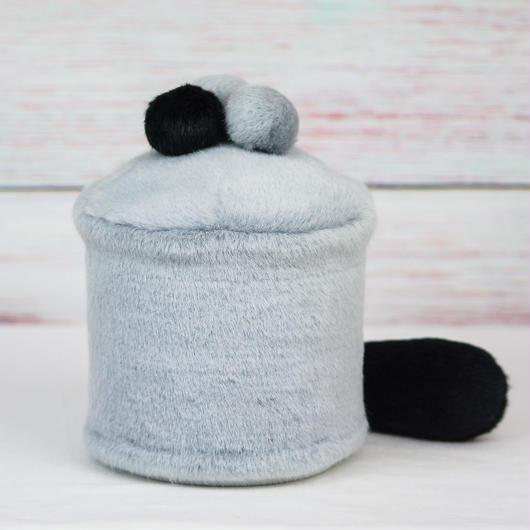 ペット用骨壺カバー / サイズ:4寸 / ベース:グレー / ボンボン:グレー・グレー・黒 / しっぽ:黒(S152)