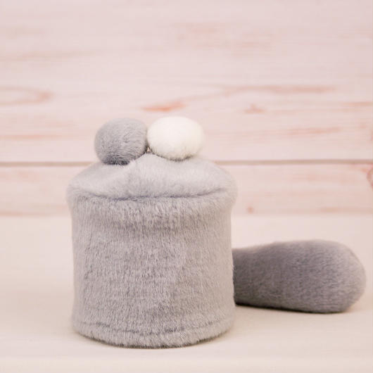 ペット用骨壺カバー / サイズ:3寸 / ベース:グレー / ボンボン:白・グレー / しっぽ:グレー(S020)