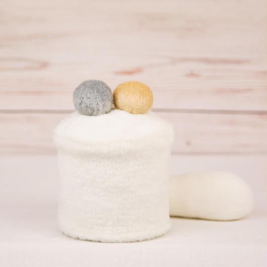 ペット用骨壺カバー / サイズ:3寸 / ベース:白 / ボンボン:クリーム・グレー / しっぽ:白(S113)