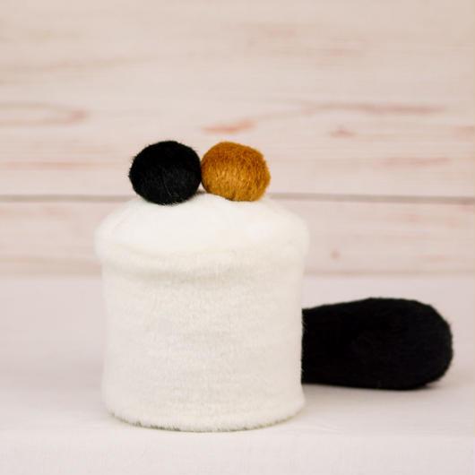 ペット用骨壺カバー / サイズ:3寸 / ベース:白 / ボンボン:ブラウン・黒 / しっぽ:黒(S109)