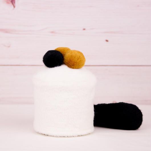 ペット用骨壺カバー / サイズ:3寸 / ベース:白 / ボンボン:ブラウン・ブラウン・黒 / しっぽ:黒(S088)