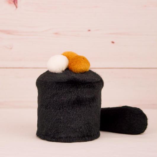 ペット用骨壺カバー / サイズ:3寸 / ベース:黒 / ボンボン:白・ブラウン・ブラウン / しっぽ:黒(S064)