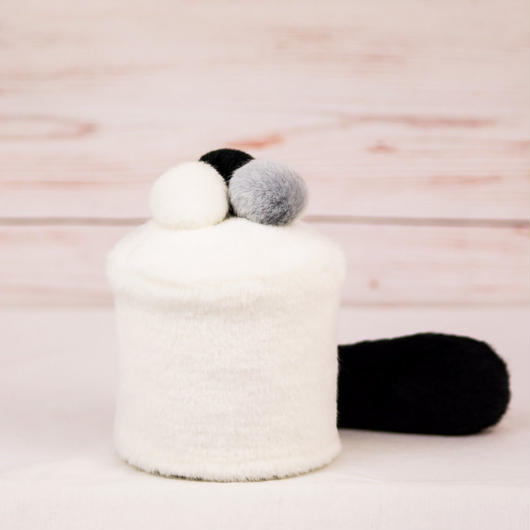 ペット用骨壺カバー / サイズ:3寸 / ベース:白 / ボンボン:白・グレー・黒 / しっぽ:黒(S095)
