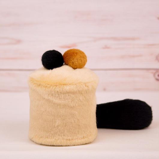 ペット用骨壺カバー / サイズ:3寸 / ベース:クリーム / ボンボン:ブラウン・黒 / しっぽ:黒(S016)