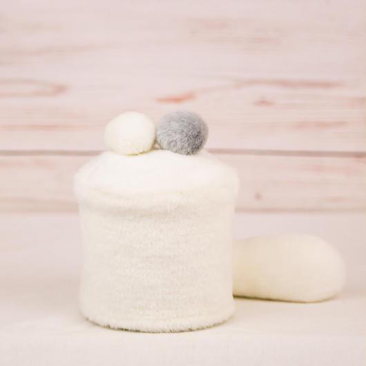 ペット用骨壺カバー / サイズ:3寸 / ベース:白 / ボンボン:白・グレー / しっぽ:白(S102)