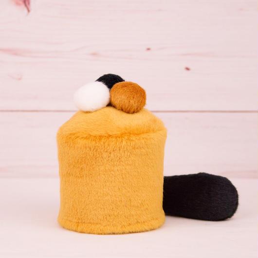 ペット用骨壺カバー / サイズ:3寸 / ベース:ブラウン / ボンボン:白・ブラウン・黒 / しっぽ:黒(S043)
