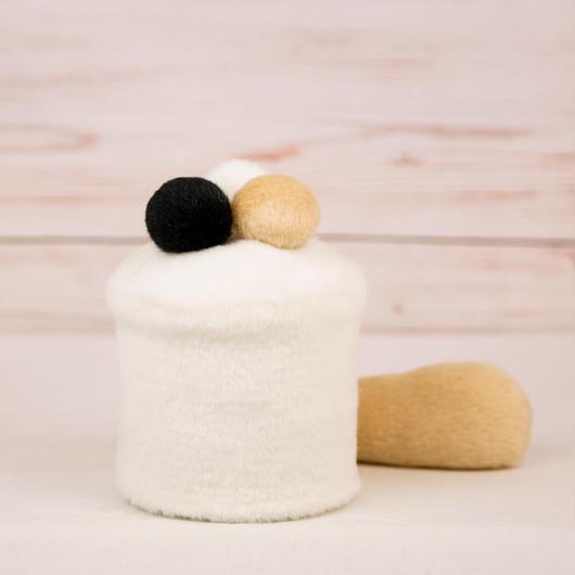 ペット用骨壺カバー / サイズ:3寸 / ベース:白 / ボンボン:白・クリーム・黒 / しっぽ:クリーム(S098)