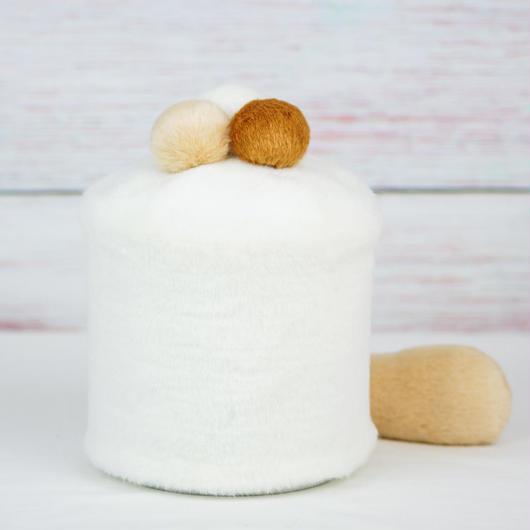 ペット用骨壺カバー / サイズ:4寸 / ベース:白 / ボンボン:白・クリーム・ブラウン / しっぽ:クリーム(S136)