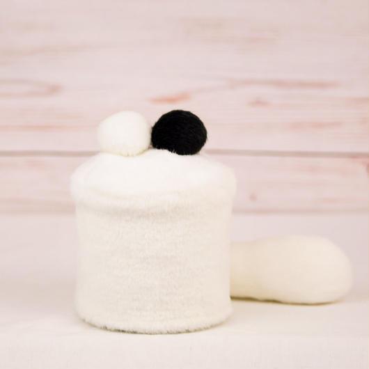 ペット用骨壺カバー / サイズ:3寸 / ベース:白 / ボンボン:白・黒 / しっぽ:白(S099)