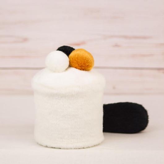 ペット用骨壺カバー / サイズ:3寸 / ベース:白 / ボンボン:白・橙・黒 / しっぽ:黒(S090)