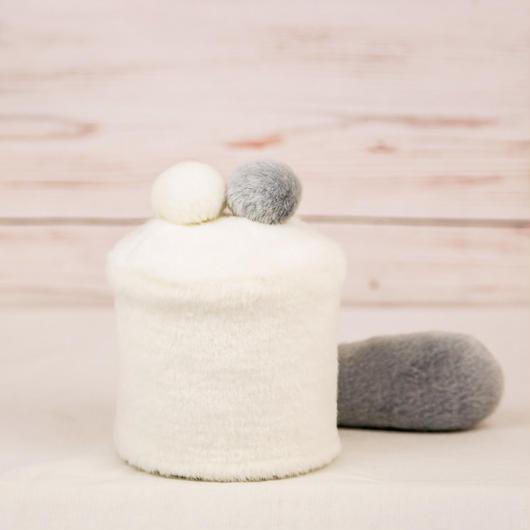 ペット用骨壺カバー / サイズ:3寸 / ベース:白 / ボンボン:白・グレー / しっぽ:グレー(S101)