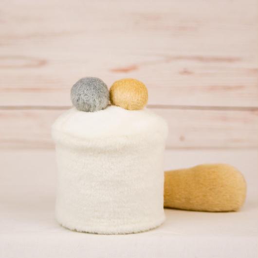 ペット用骨壺カバー / サイズ:3寸 / ベース:白 / ボンボン:クリーム・グレー / しっぽ:クリーム(S110)