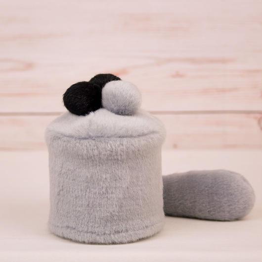 ペット用骨壺カバー / サイズ:3寸 / ベース:グレー / ボンボン:黒・黒・グレー / しっぽ:グレー(S029)