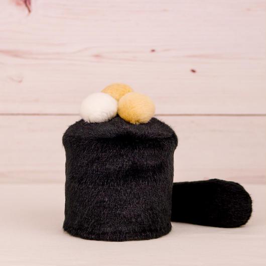 ペット用骨壺カバー / サイズ:3寸 / ベース:黒 / ボンボン:白・クリーム・クリーム / しっぽ:黒(S062)