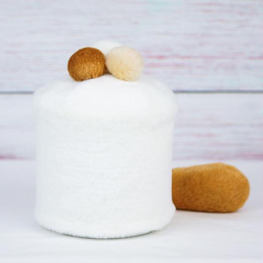 ペット用骨壺カバー / サイズ:4寸 / ベース:白 / ボンボン:白・クリーム・ブラウン / しっぽ:ブラウン(S137)