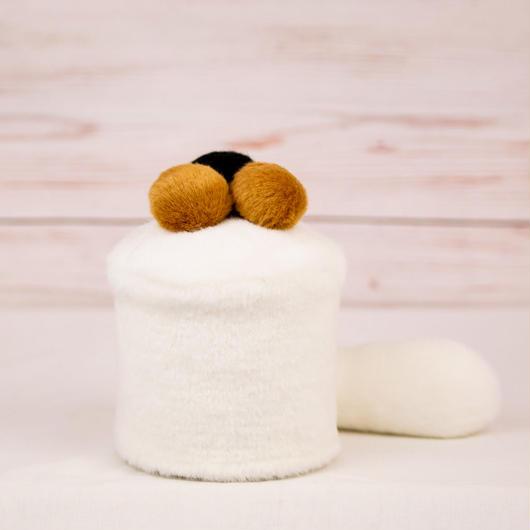 ペット用骨壺カバー / サイズ:3寸 / ベース:白 / ボンボン:ブラウン・ブラウン・黒 / しっぽ:白(S104)