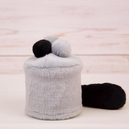 ペット用骨壺カバー / サイズ:3寸 / ベース:グレー / ボンボン:グレー・グレー・黒 / しっぽ:黒(S019)
