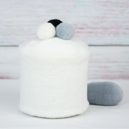 ペット用骨壺カバー / サイズ:4寸 / ベース:白 / ボンボン:白・グレー・黒 / しっぽ:グレー(S123)