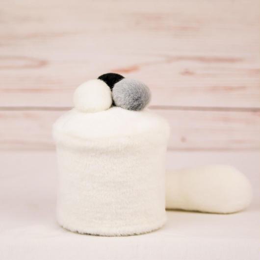 ペット用骨壺カバー / サイズ:3寸 / ベース:白 / ボンボン:白・グレー・黒 / しっぽ:白(S116)