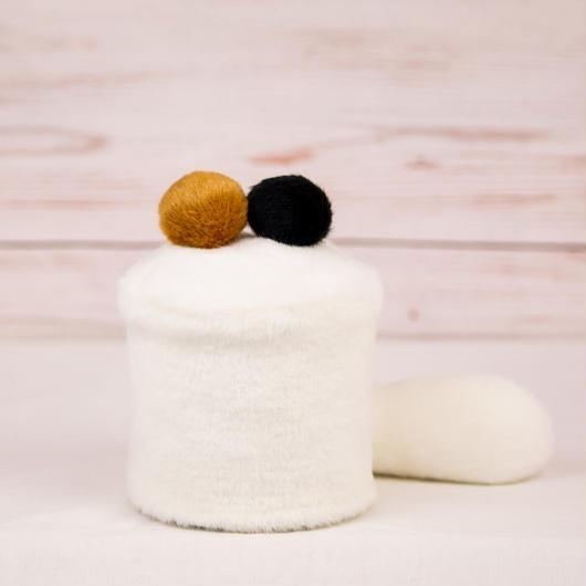 ペット用骨壺カバー / サイズ:3寸 / ベース:白 / ボンボン:ブラウン・黒 / しっぽ:白(S103)
