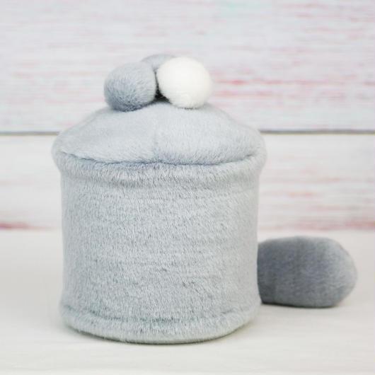 ペット用骨壺カバー / サイズ:4寸 / ベース:グレー / ボンボン:白・グレー・グレー / しっぽ:グレー(S165)