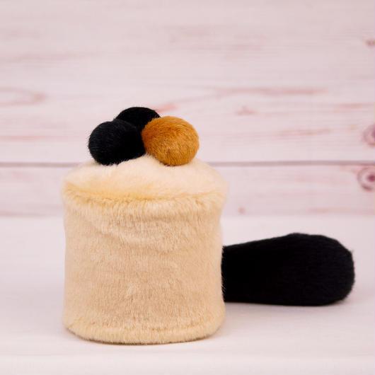 ペット用骨壺カバー / サイズ:3寸 / ベース:クリーム / ボンボン:ブラウン・黒・黒 / しっぽ:黒(S017)