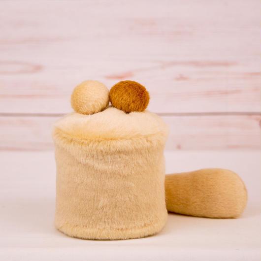 ペット用骨壺カバー / サイズ:3寸 / ベース:クリーム / ボンボン:クリーム・ブラウン / しっぽ:クリーム(S011)