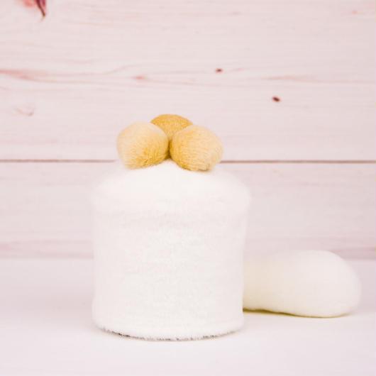 ペット用骨壺カバー / サイズ:3寸 / ベース:白 / ボンボン:クリーム・クリーム・クリーム / しっぽ:白(S084)
