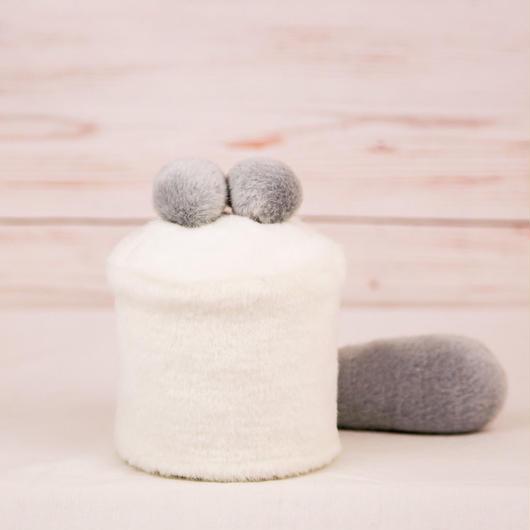 ペット用骨壺カバー / サイズ:3寸 / ベース:白 / ボンボン:グレー・グレー / しっぽ:グレー(S094)