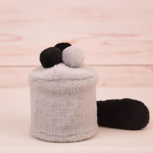 ペット用骨壺カバー / サイズ:3寸 / ベース:グレー / ボンボン:グレー・黒・黒 / しっぽ:黒(S023)