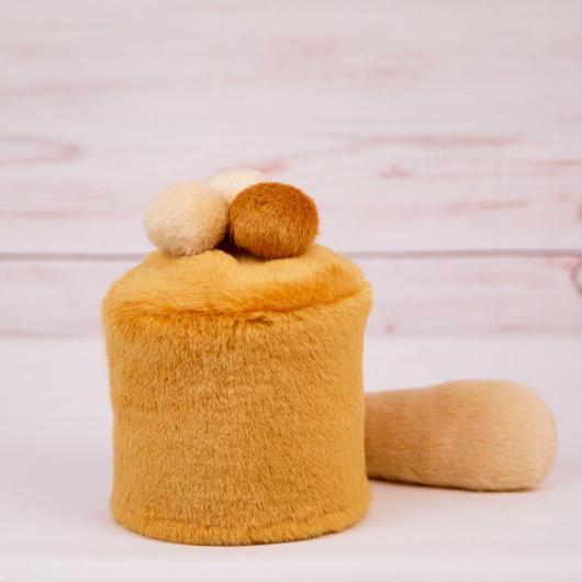 ペット用骨壺カバー / サイズ:3寸 / ベース:ブラウン / ボンボン:クリーム・クリーム・ブラウン / しっぽ:クリーム(S059)