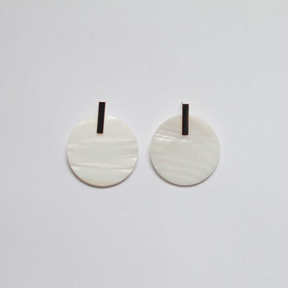 round shell pierced earrings