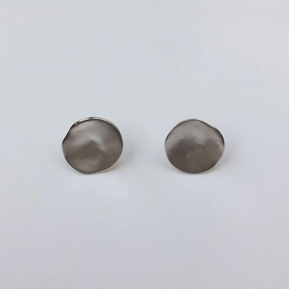round chips pierced earrings