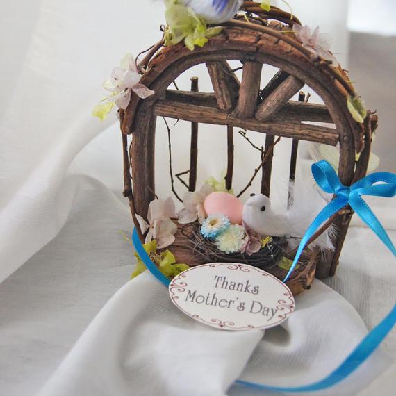 小鳥の幸せいっぱいのお家。 プリザーブドフラワー、卵と小鳥の鳥かごアレンジ イモーテル リボンでキュートに
