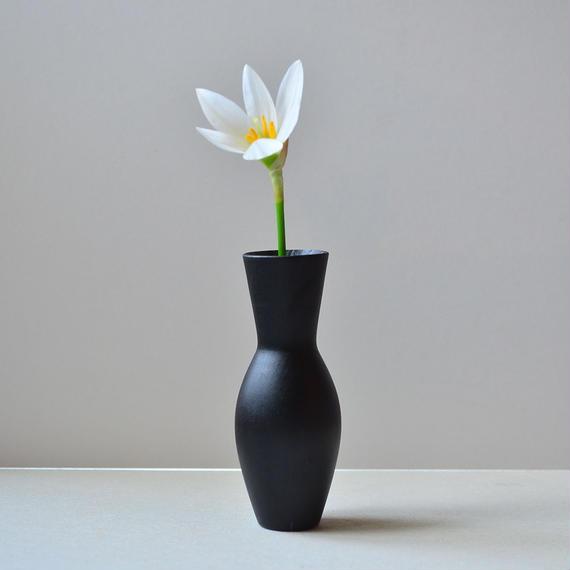 素敵な形にどんな花を生けようか。(黒・小)