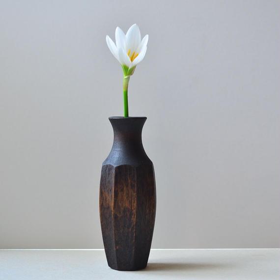 ビシッとした花器。