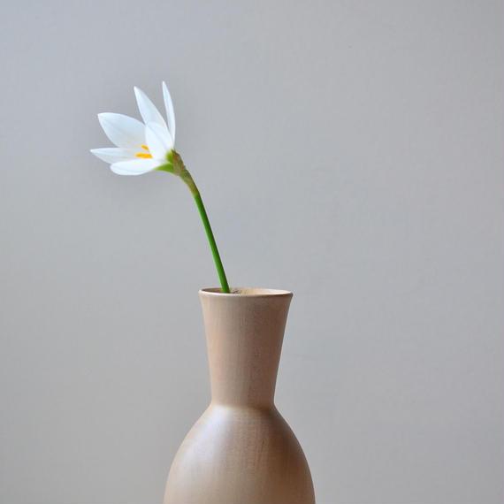 素敵な形にどんな花を生けようか。(白・小)