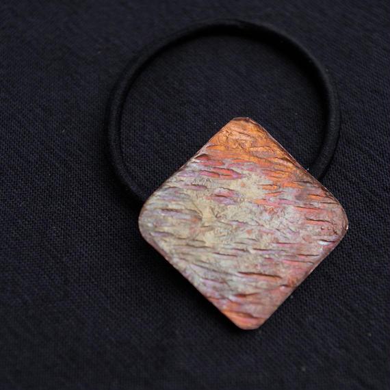 偶然で生み出された金属の色