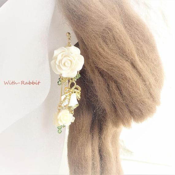 ベルばらイヤリング(ホワイト)【スワロフスキー/薔薇】《金属アレルギー対応》
