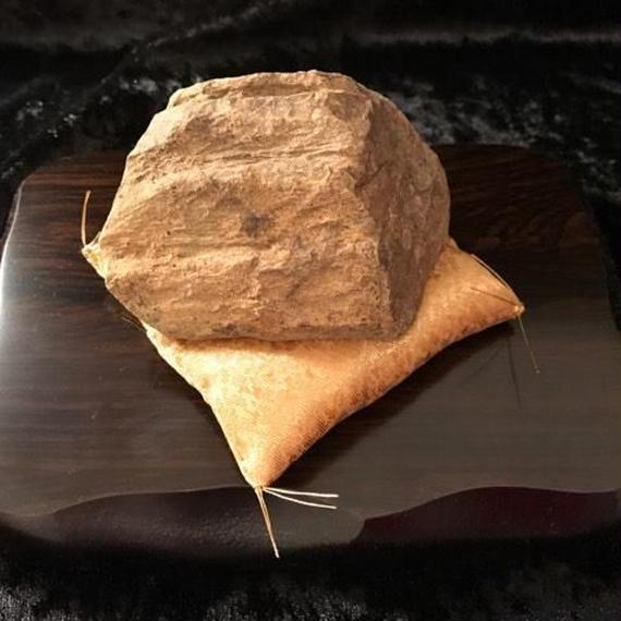 霊峰の石・約7cm(木製飾り台18×13×1.8cm・金座布団付き)