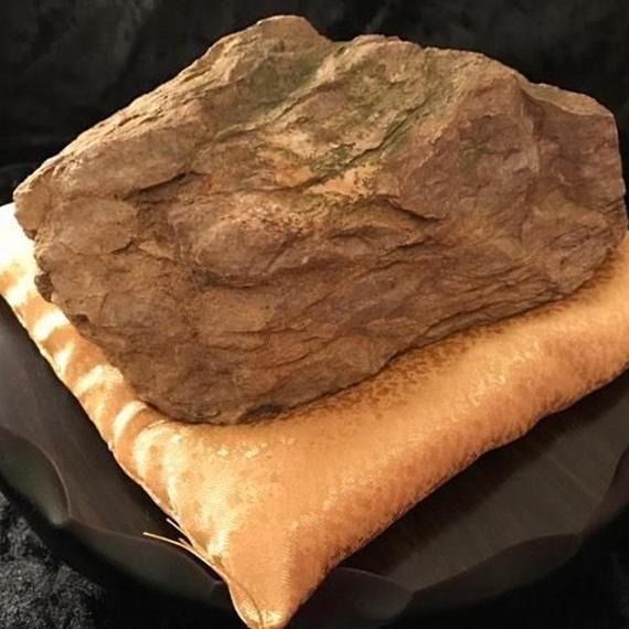 霊峰の石・約15cm(木製丸型足つき飾り台24×6.3cm・金座布団付き)
