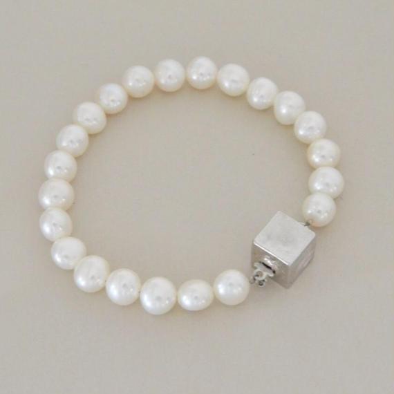 Pave (pearl bracelet /silver color clasp )