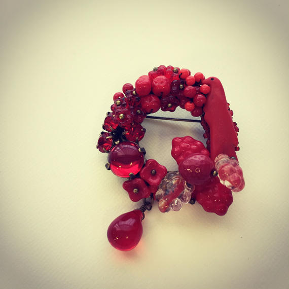 一点もの 赤い実をついばむ小鳥ブローチ