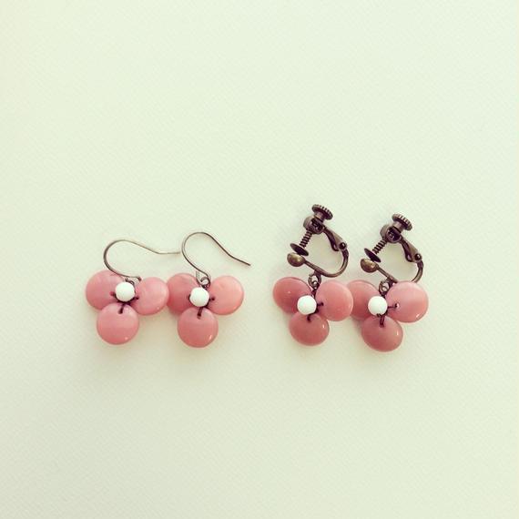 こっくりとしたピンクの三つ花イヤリング・ピアス