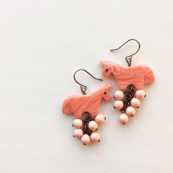ピンクうま子とピンクの実のピアス
