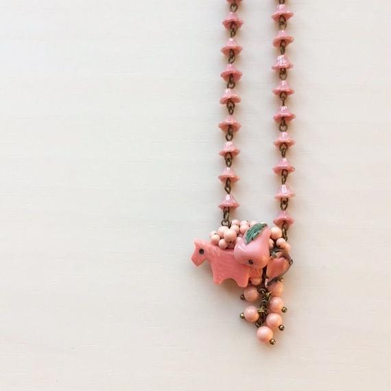 ピンクうま子と洋ナシのネックレス