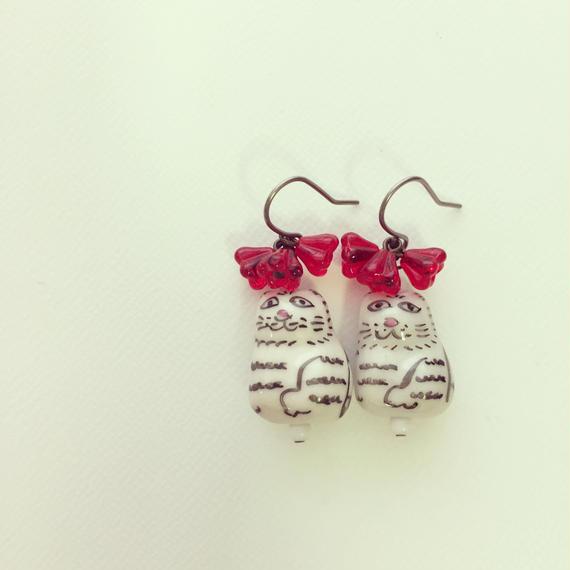 ぶーにゃんと紅いお花のピアス