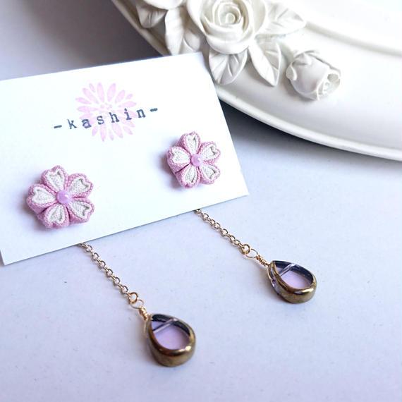 淡いピンクの桜とアンティーク風ビーズの2wayピアス
