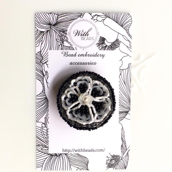 ヘアアクセにもなるビーズ刺しゅうの小さなブローチ   「モノトーンの花」